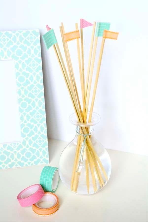 Bambu çubuklarını renkli bantlar ile süsleyin.