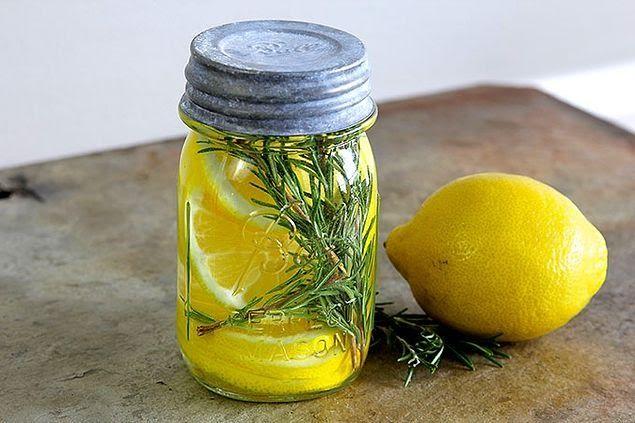 Limon dilimlerinin içerisine vanilya çubuklarını ekliyoruz.
